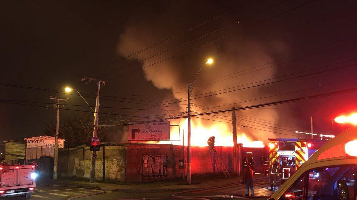 [VIDEO] Incendio afecta a motel y maestranza en Valparaíso