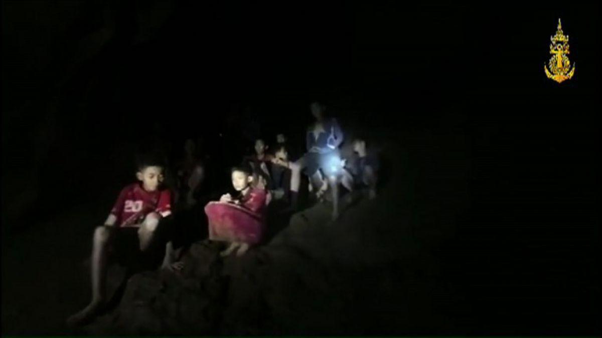 """""""¿Trece? ¡Genial!"""": las primeras palabras a los niños atrapados en una cueva en Tailandia"""