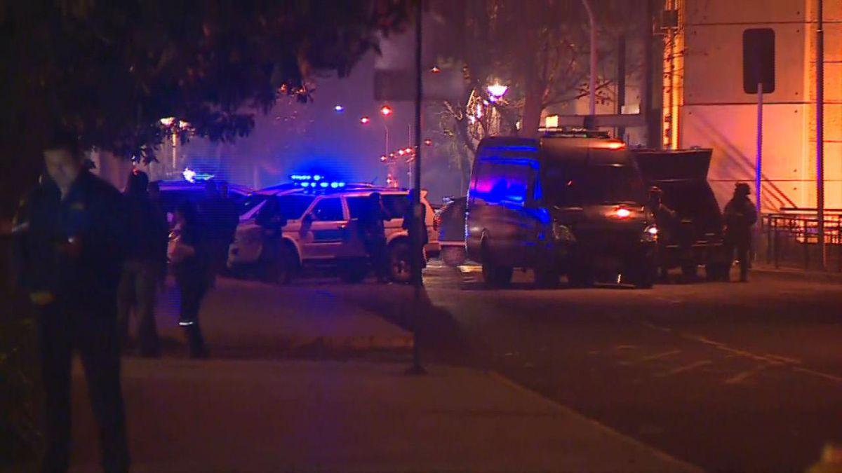 [VIDEO] Detonan artefactos explosivos frente a cuartel de la PDI en Santiago Centro