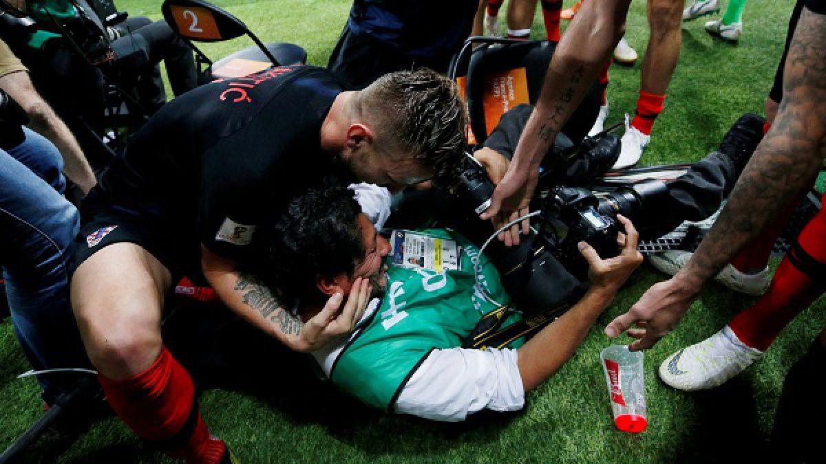 [VIDEO] El fotógrafo que fue aplastado y luego besado en medio de la celebración croata