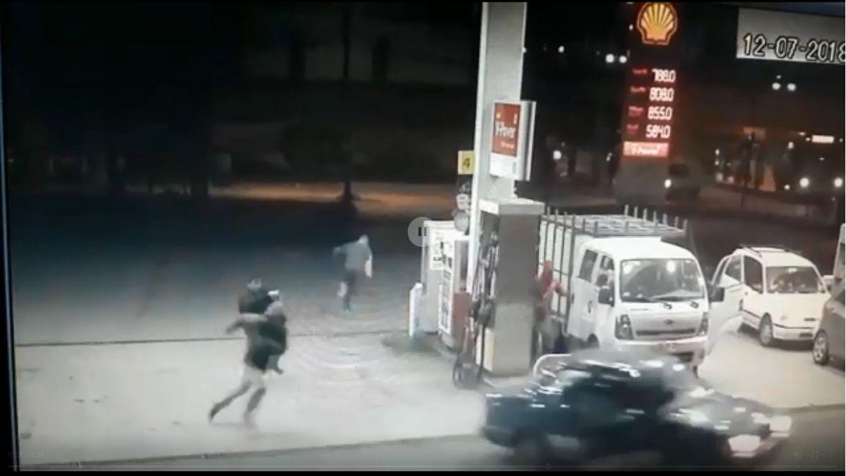 [VIDEO] Carabineros frustran asalto a bencinera en Conchalí: Dos delincuentes resultaron heridos
