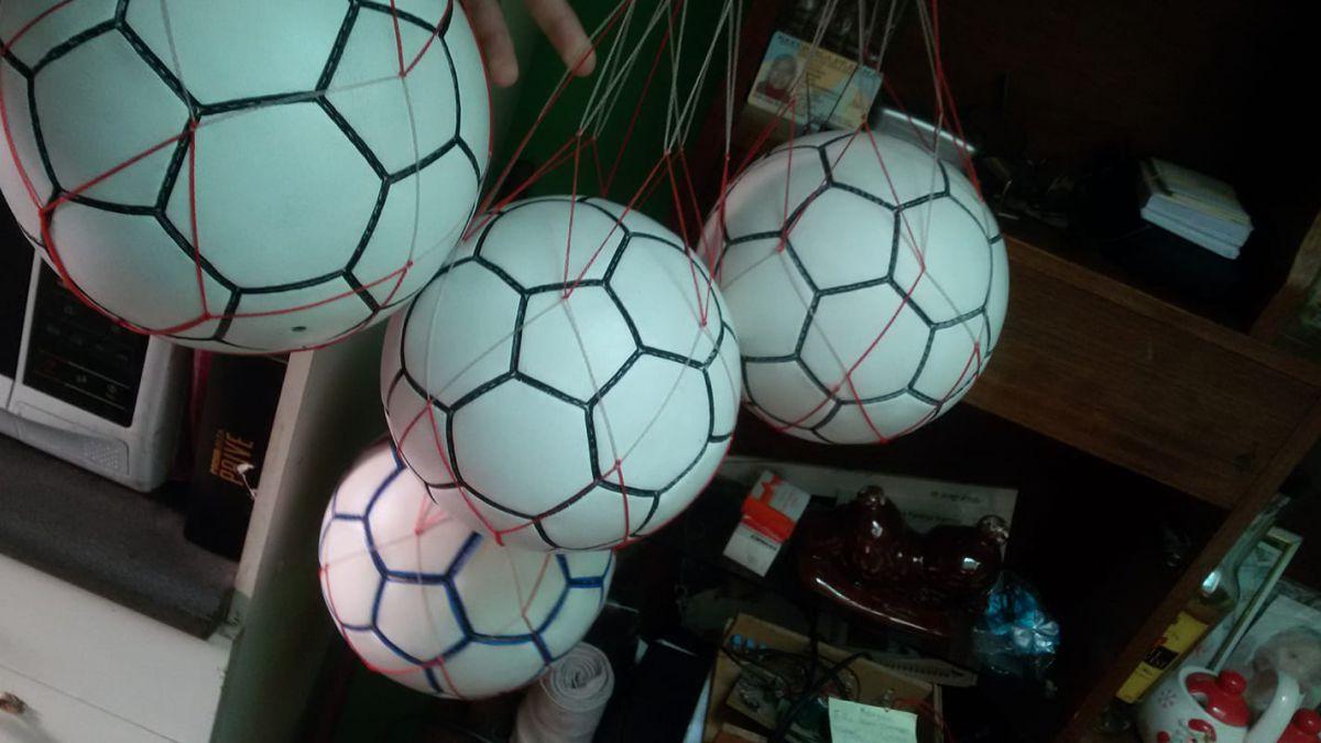 VIDEO  La historia del adulto mayor que fabrica balones de fútbol a mano y 2e43837922282