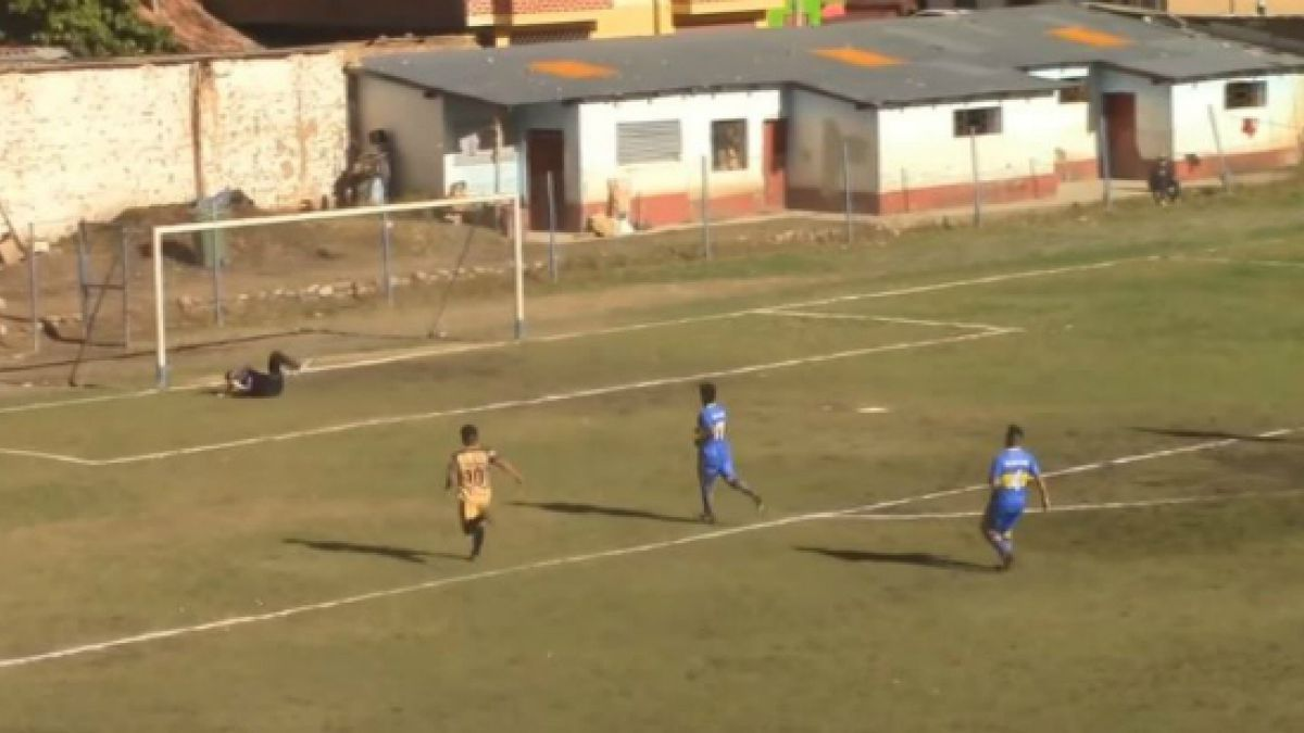 """[VIDEO] El VAR """"alternativo"""" al que recurrió un árbitro en la Copa Perú"""
