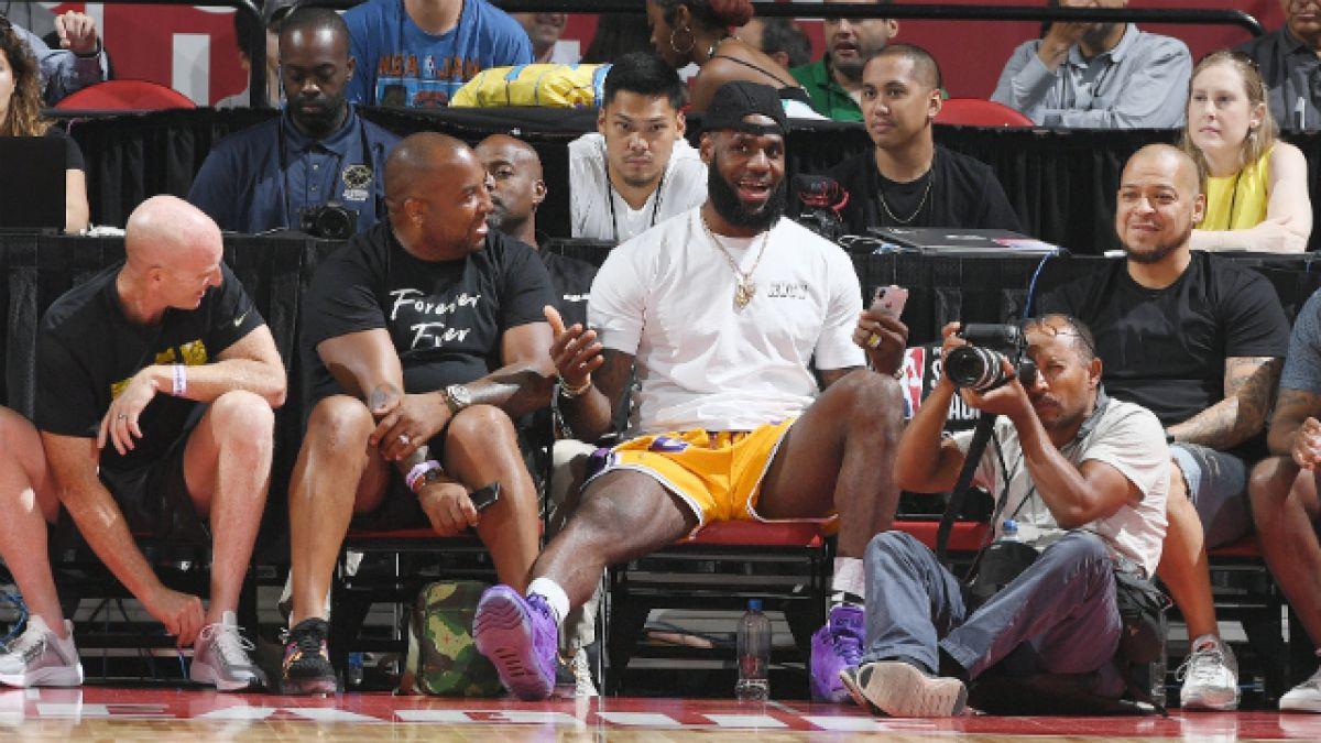 [VIDEO] LeBron se roba las miradas en partido de su hijo pero niño de equipo rival se burla de él