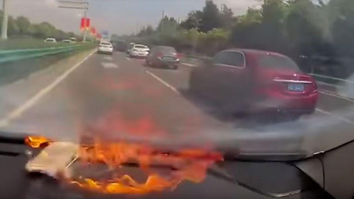[Video] Teléfono explotó dos veces dentro de un auto en China