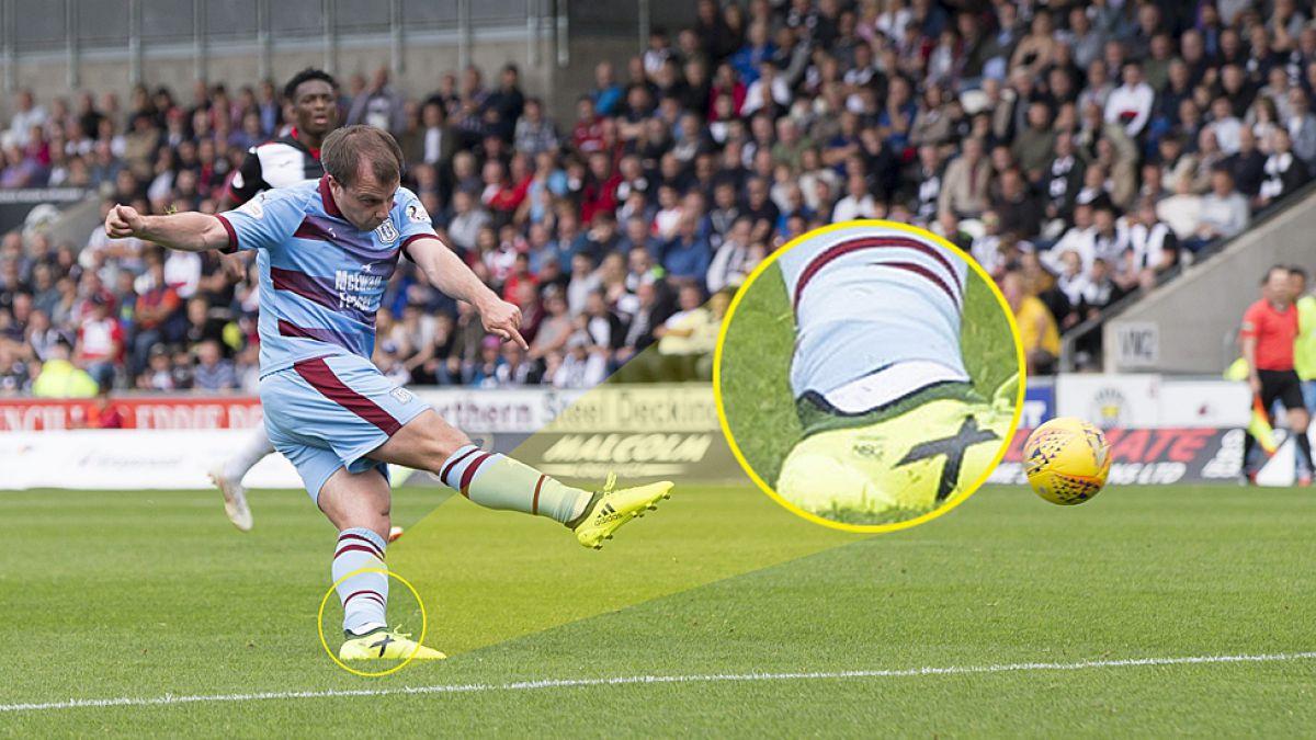 El insólito caso del futbolista profesional que juega con un dispositivo de rastreo en su tobillo