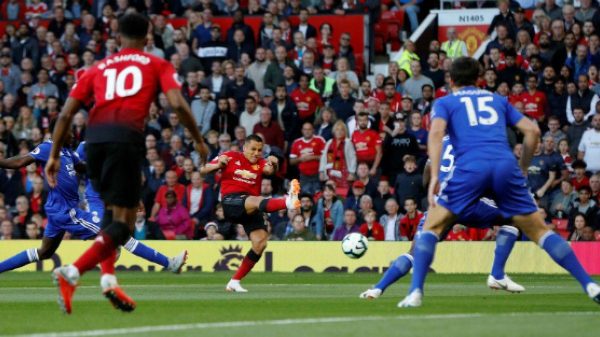 [VIDEO] Alexis provoca penal a favor de Manchester United y protagoniza curioso momento con Pogba