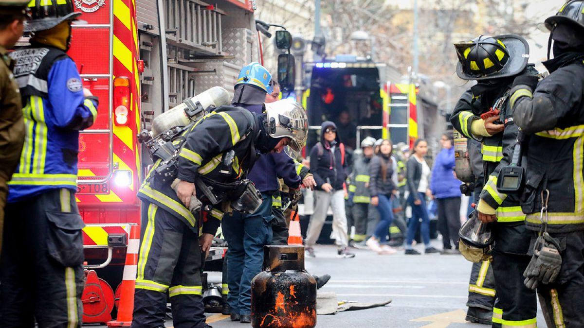 Bomberos trabaja en incendio en subterráneo de Santiago Centro