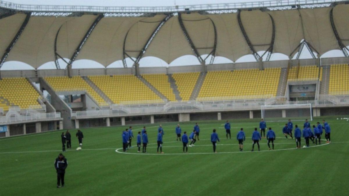 [FOTOS] Así quedó la cancha del Estadio Lucio Fariña tras instalación de nuevo pasto sintético