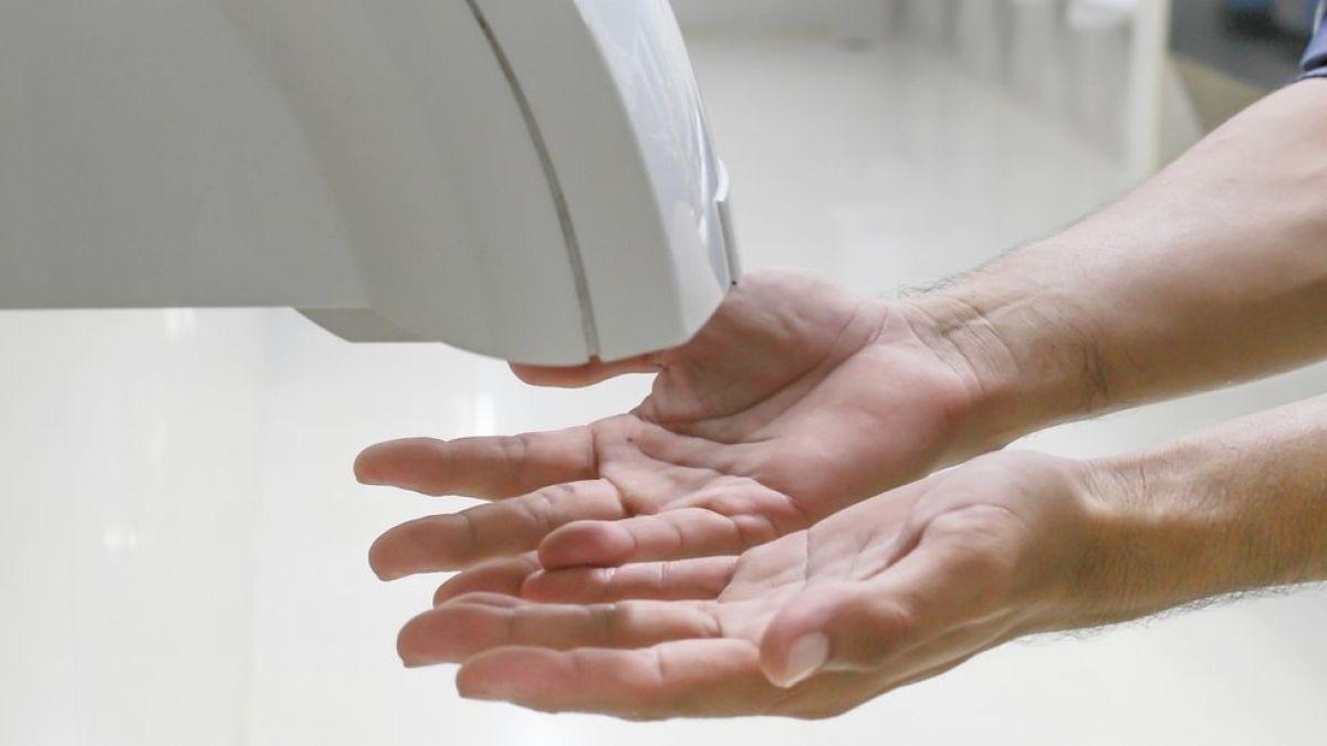 Toallas desechables vs. secadores de aire: ¿qué forma se de secarse las manos es la más saludable?
