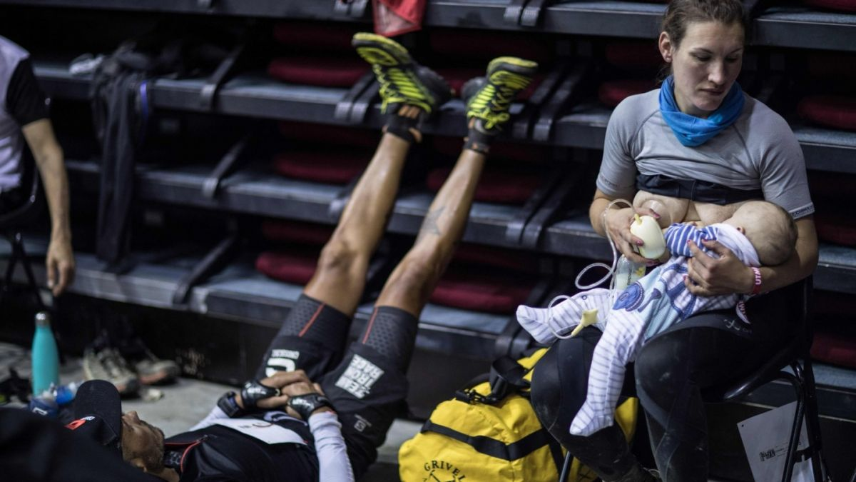 La enternecedora imagen de Sophie Power, la ultramaratonista que amamantó a su bebé en plena carrera