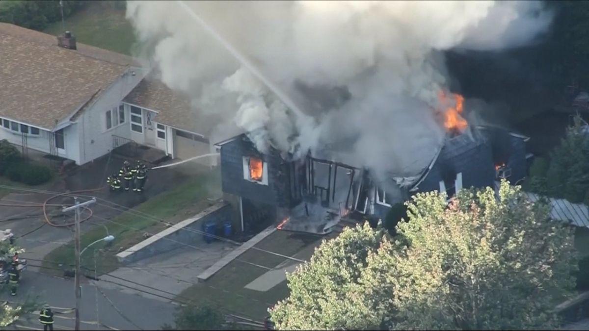 Residentes de Lawrence, Massachusetts, evacuan después de una serie de explosiones