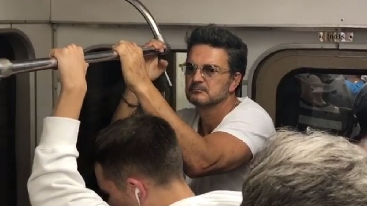 [VIDEO] Ricardo Arjona viaja en Metro y nadie lo reconoce