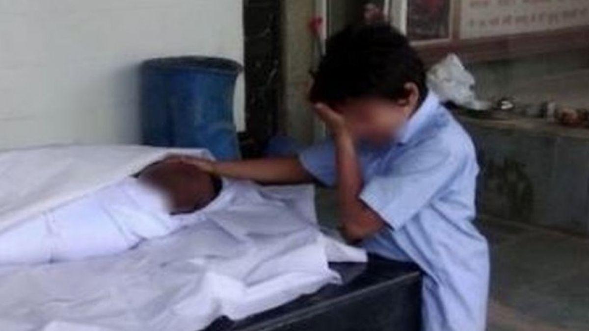 La conmovedora imagen del niño sin dinero para enterrar a su papá