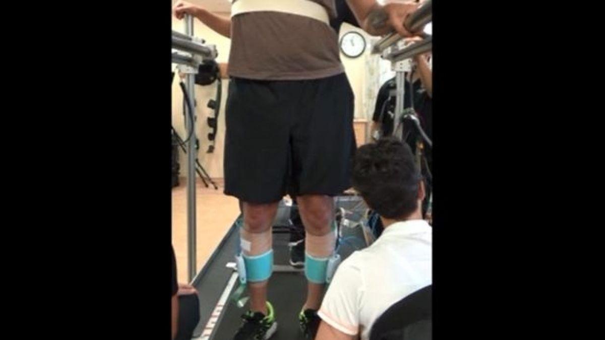 un electrodo implantado en columna permite caminar a parapléjico