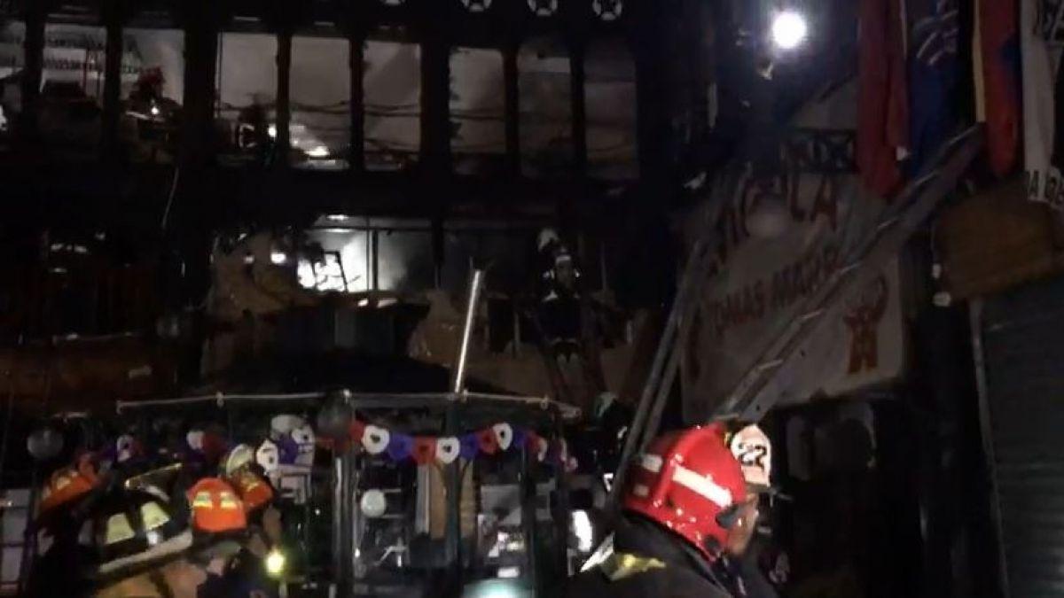 Incendio afecta a tres locales comerciales del Mercado Central de Santiago