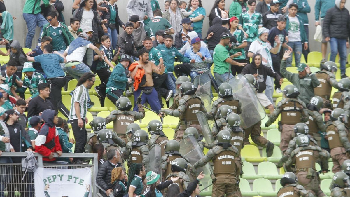 Hinchas de Santiago Wanderers protagonizan pelea con cuchillos, poniendo en riesgo a niños