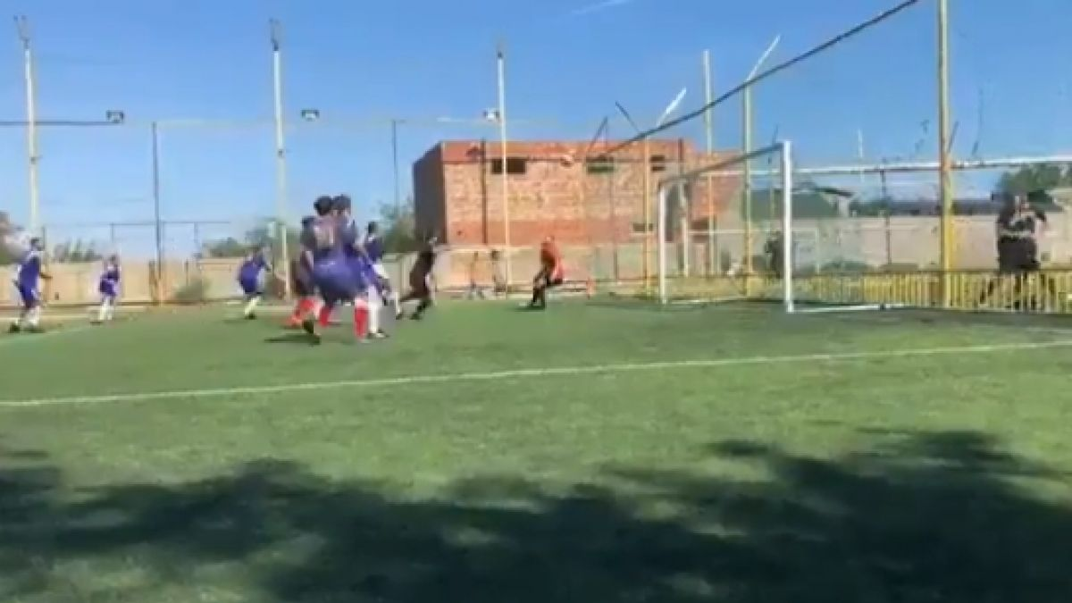 [VIDEO] Insólito: Árbitro anotó un golazo de cabeza en fútbol amateur