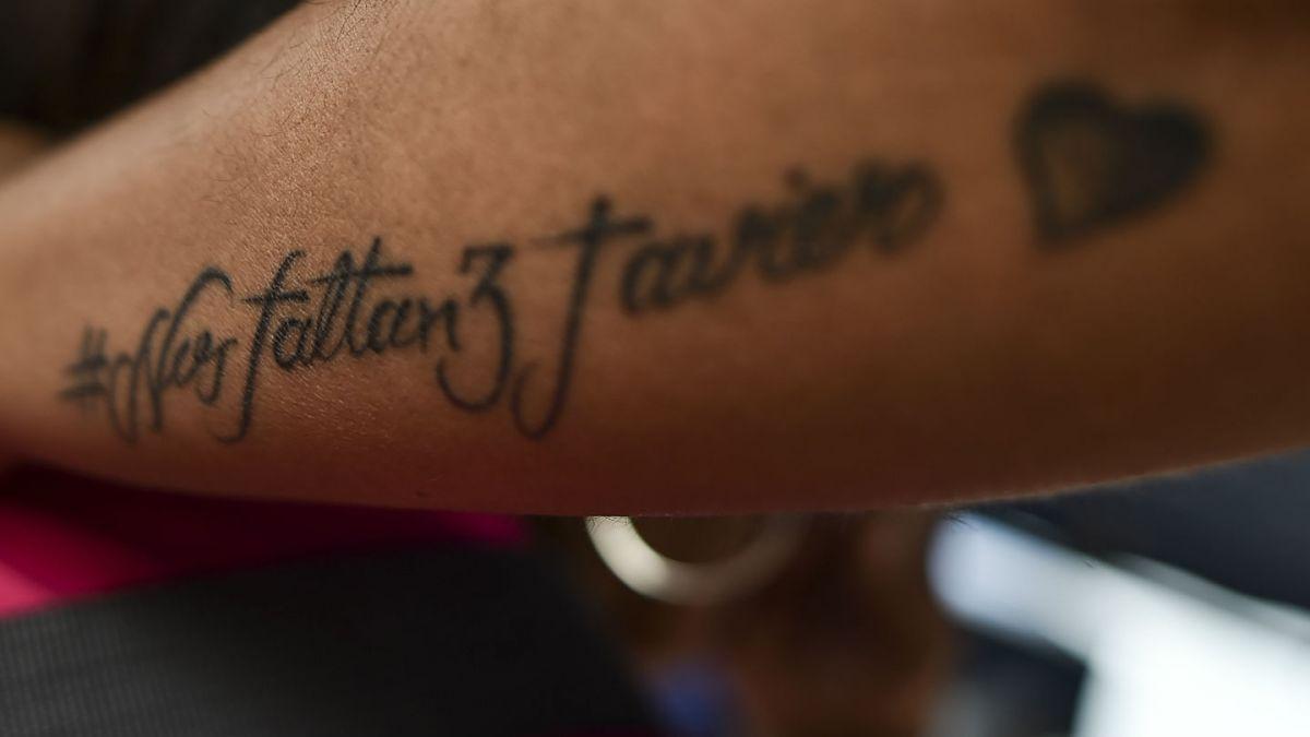 Un tatuaje debajo de un pecho la dejó en silla de ruedas