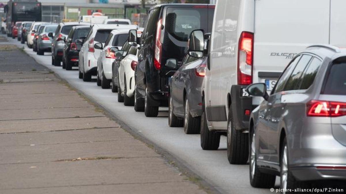 Unión Europea pide endurecer sanciones para autos por emisiones de CO2