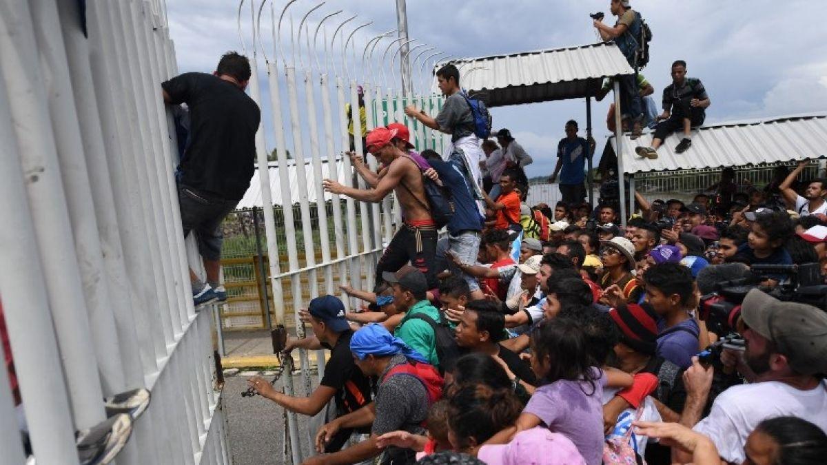 [VIDEO] Caravana de migrantes hondureños logra cruzar a México en su periplo hacia EEUU
