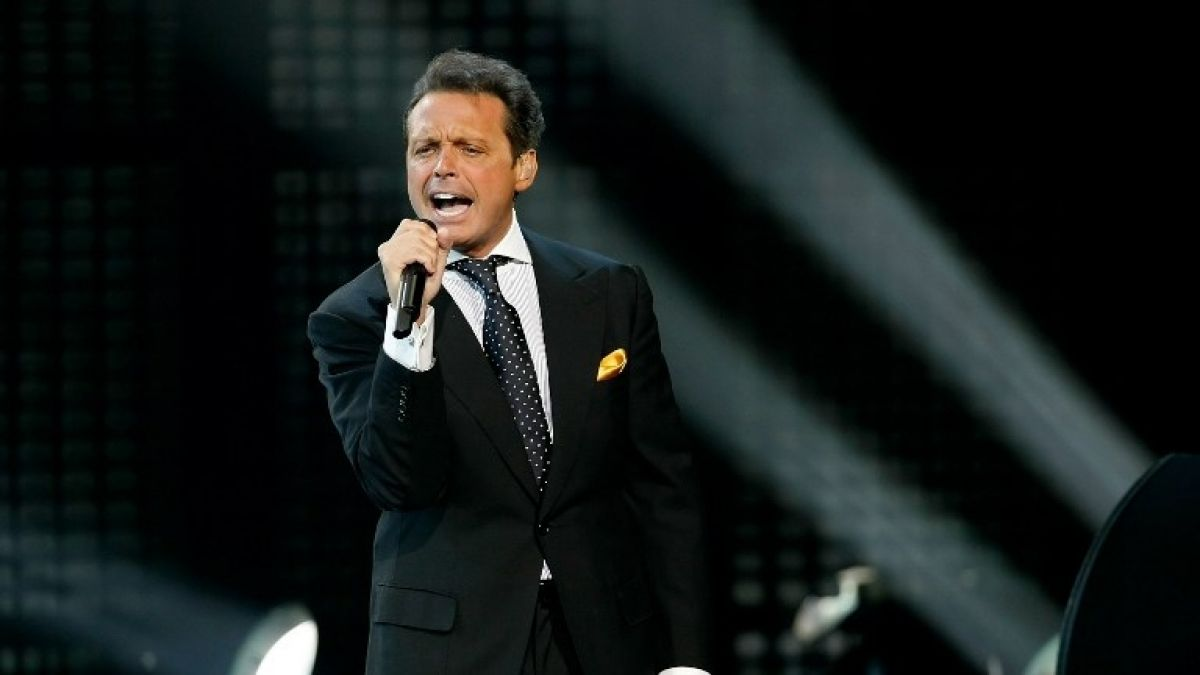 [VIDEO] Luis Miguel y su notable reacción tras ser besado en la boca por una fan