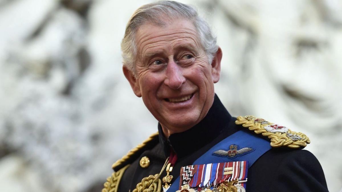 El príncipe Carlos habla de cómo se comportará si le toca suceder a la reina Isabel