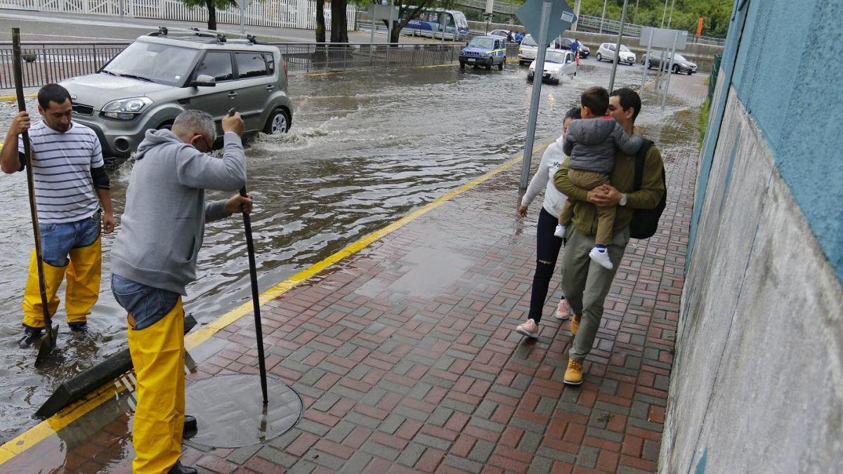 Meteorología emite aviso por lluvias en tres regiones el viernes