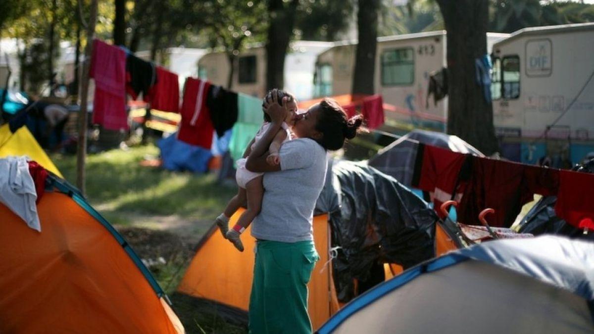 Caravana de migrantes: cómo viven miles de personas en un improvisado albergue de Ciudad de México