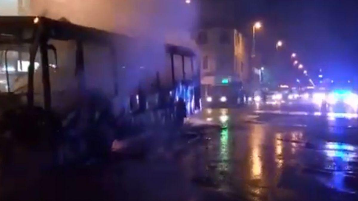 [VIDEO] Grupo de encapuchados quema bus del Transantiago en cercanías a la Usach