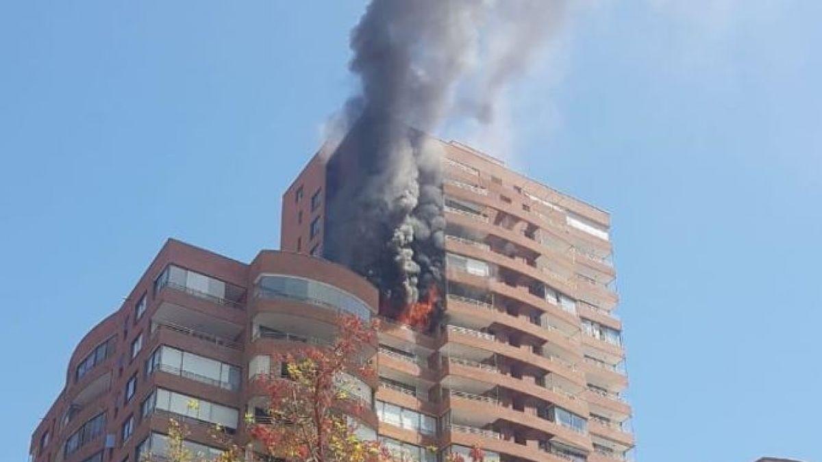 Incendio en edificio en Vitacura dejó a dos personas lesionadas