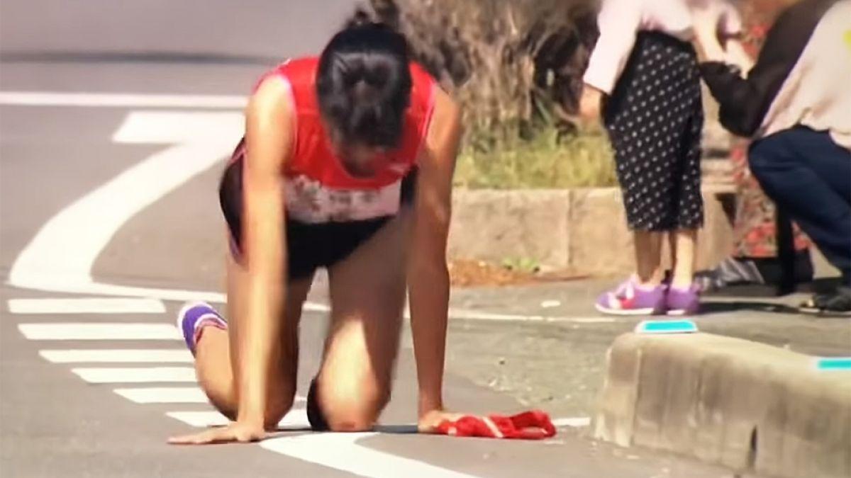 El impactante esfuerzo de la corredora japonesa que terminó gateando y ensangrentada tras fractura