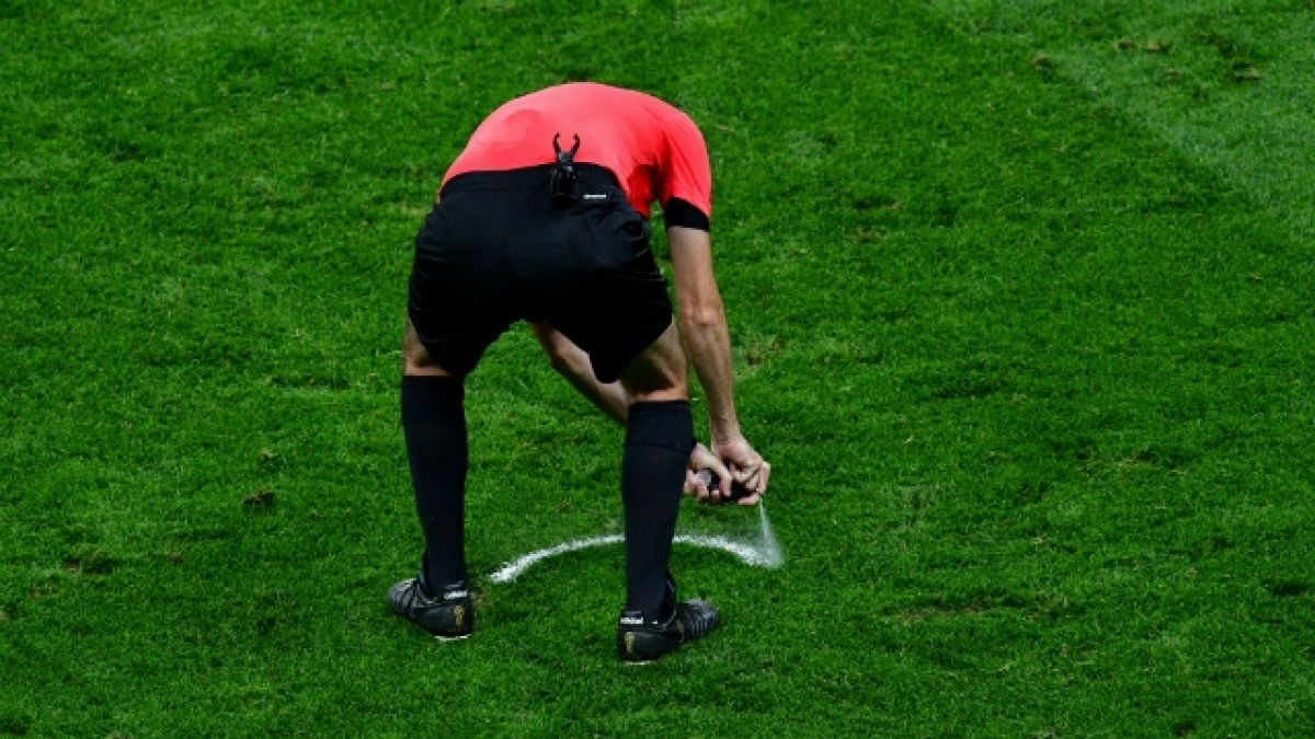 """Suspenden a árbitro en Inglaterra tras improvisar un """"piedra, papel o tijera"""""""