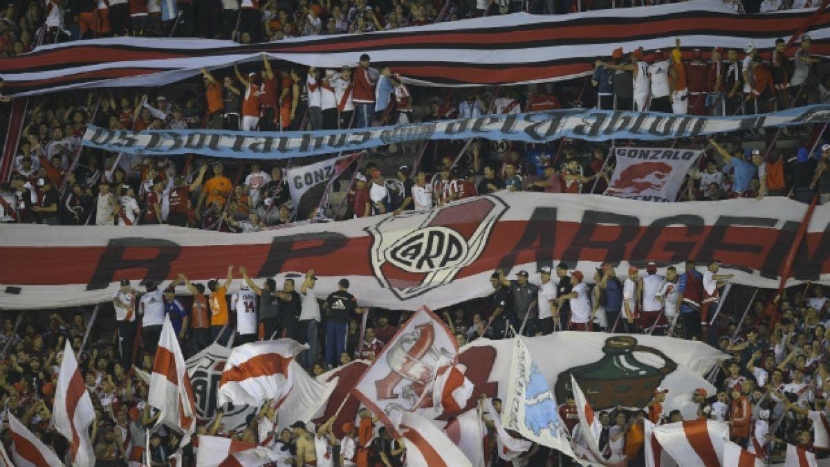 [VIDEO] Hincha de River Plate cambia entrada para final de Copa Libertadores por un trabajo