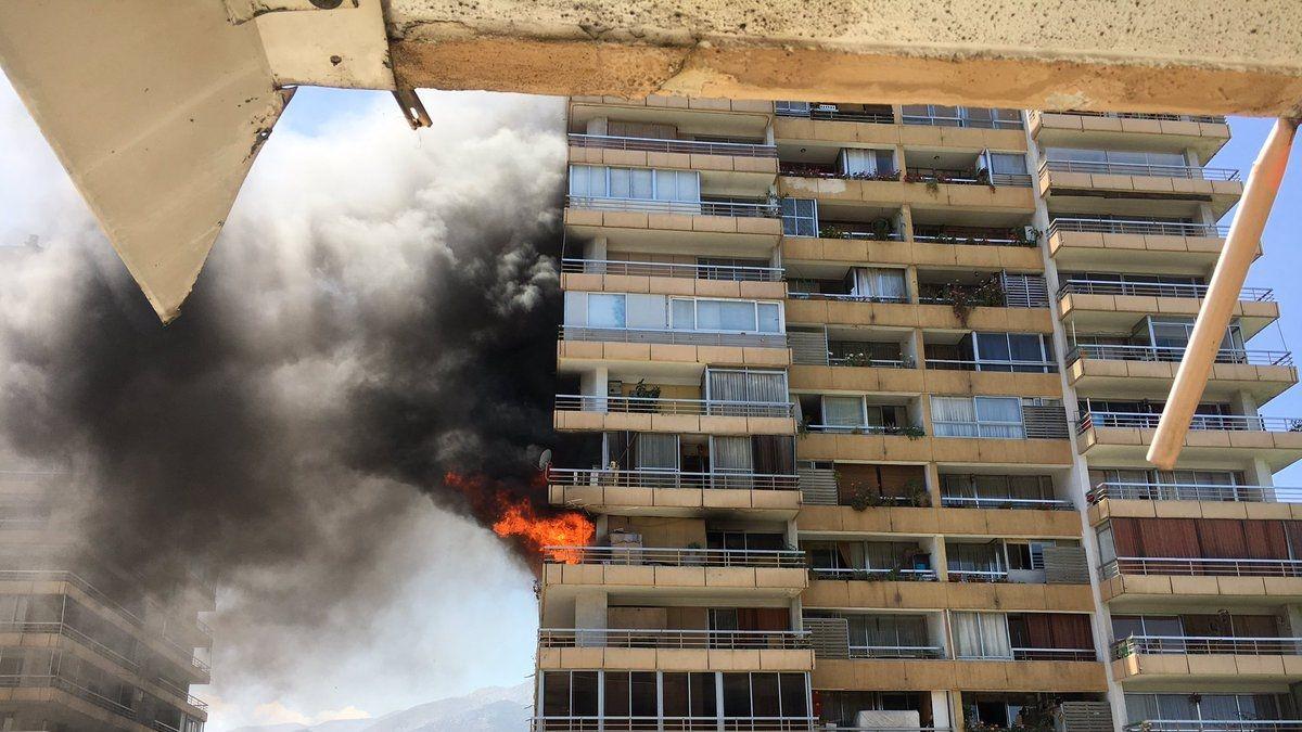 Incendio afecta a edificio en Las Condes