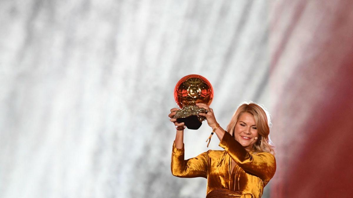 """[VIDEO] """"¿Sabes bailar twerking?"""": Polémica pregunta machista a la primera ganadora del Balón de Oro"""