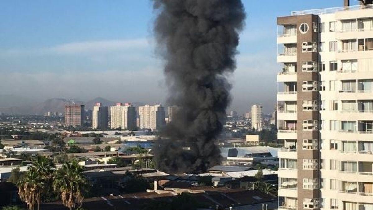 [VIDEO] Bomberos trabaja para controlar incendio en fábrica de Macul