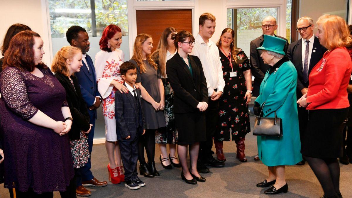 Niño huye gateando de la reina Isabel II; le dio vergüenza