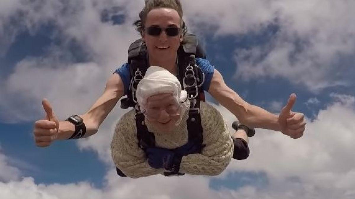 Abuelita de 102 años se lanza de paracaídas y rompe récord