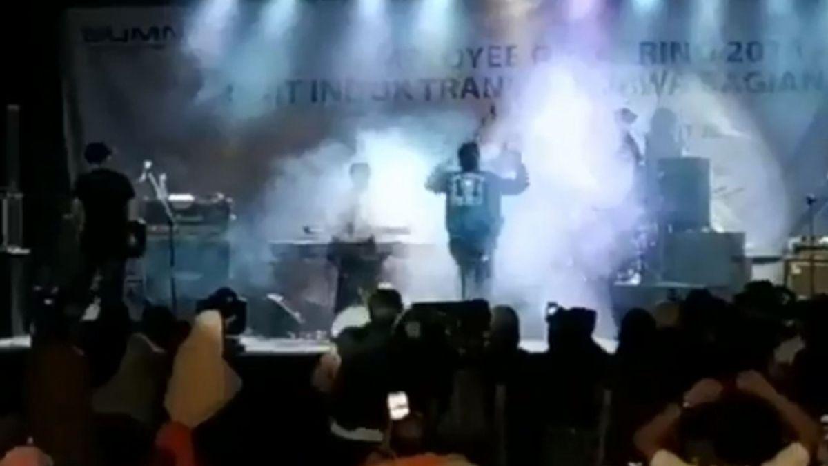Impactante video muestra momento en que el tsunami de Indonesia arrasa con un concierto pop