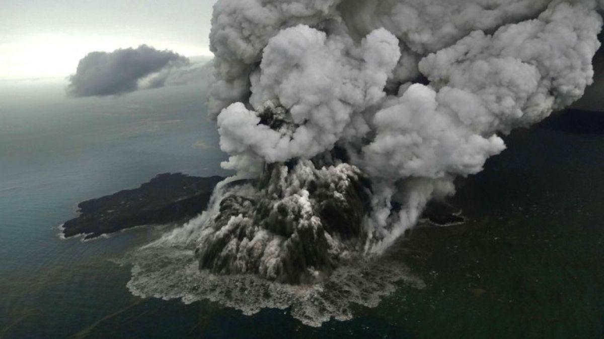 Indonesia: Las impresionantes imágenes de la erupción del volcán que habría originado un tsunami
