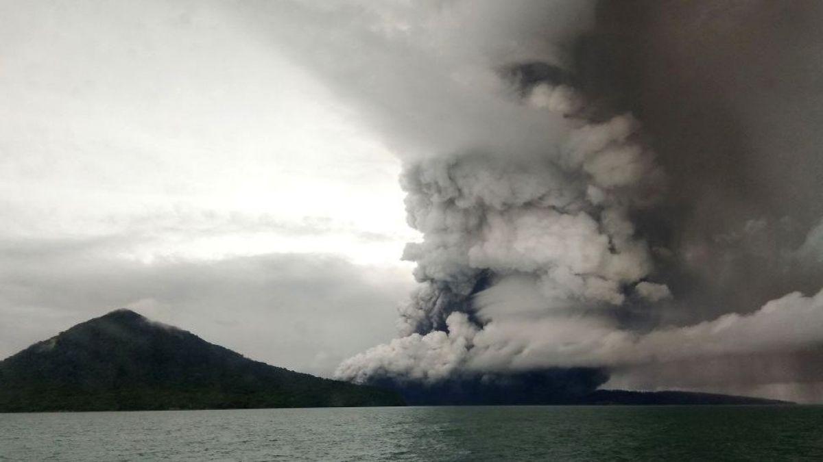 Volcán Anak Krakatoa: Indonesia eleva la alerta tras una serie de erupciones
