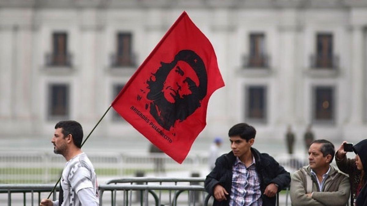 """UDI busca que """"crímenes"""" del Che Guevara se incluyan en textos escolares"""