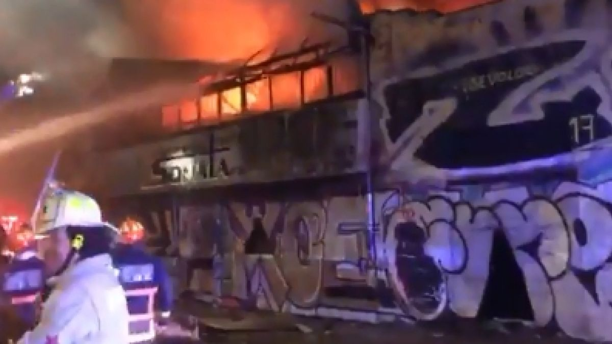 [VIDEO] Bomberos controla incendio en bodega de Recoleta