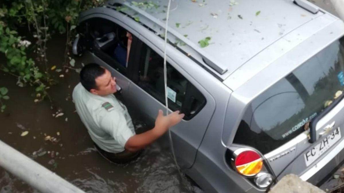 [FOTOS] Carabineros rescata a dos mujeres que cayeron con su auto a un canal de regadío