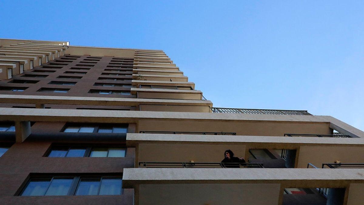 Niño de cuatro años en riesgo vital tras caer desde décimo piso en Santiago