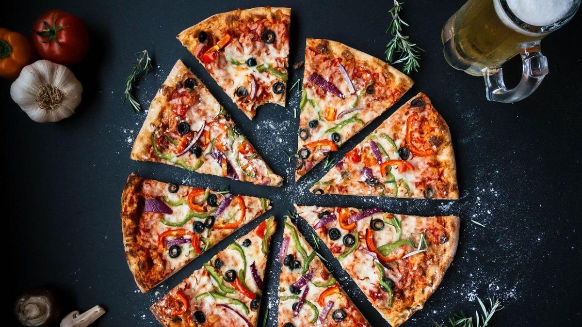 ¿Conviene más pedir dos pizzas medianas o una familiar?