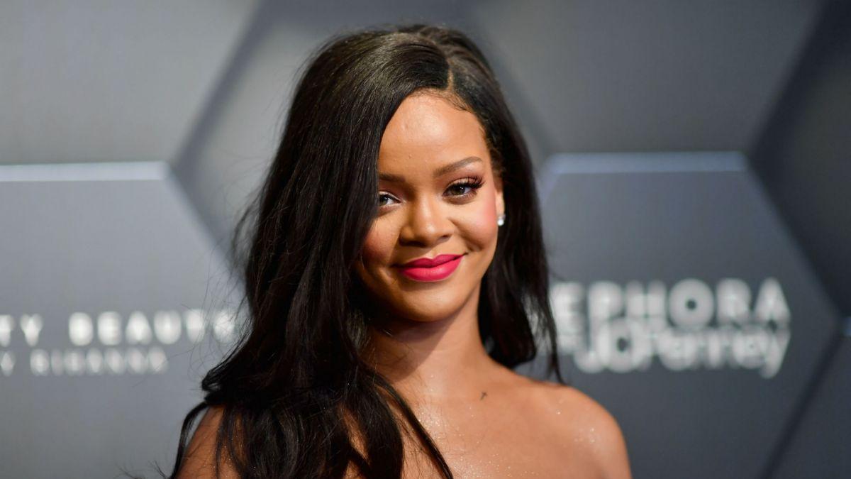 57528ffe9a Rihanna promociona su marca de lencería posando como modelo