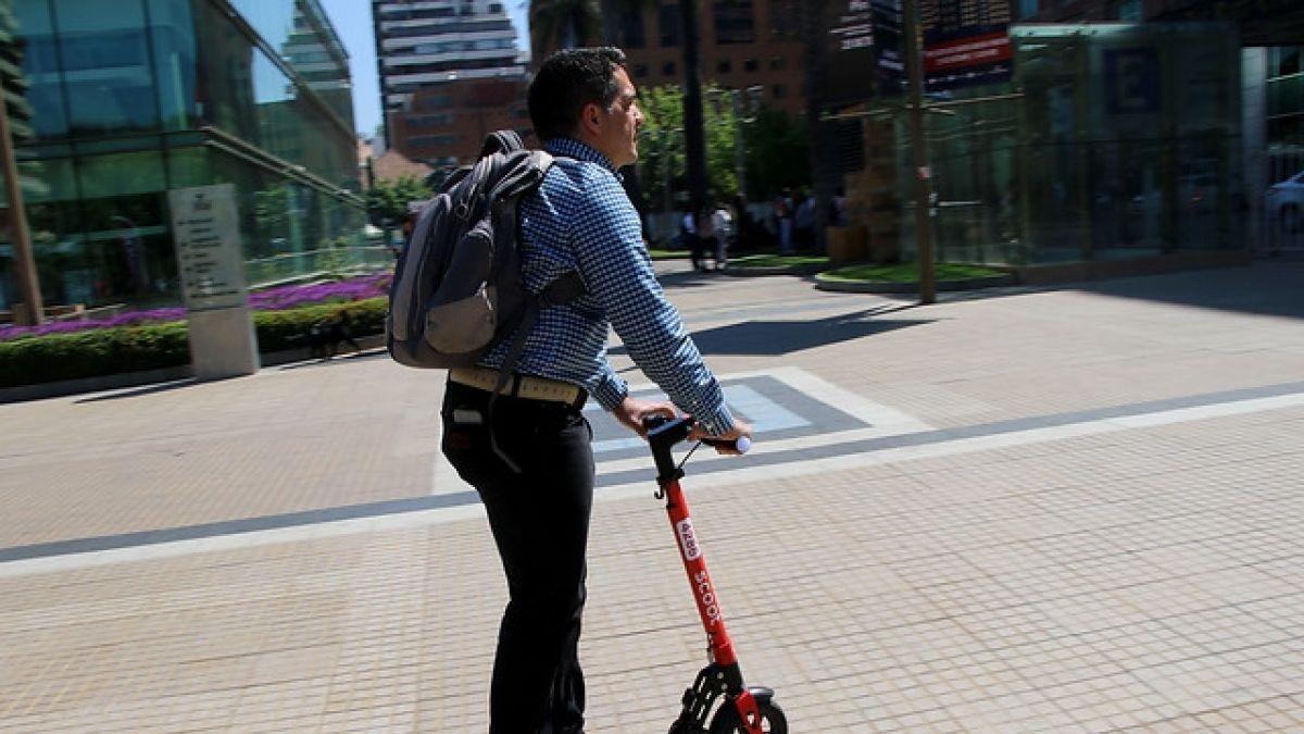 Providencia multará a personas que circulen en scooters o bicicletas por la vereda