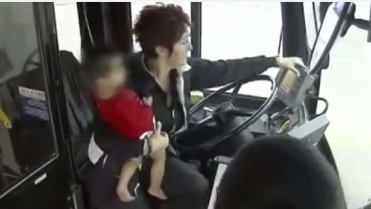 Conductora de autobús rescata a bebé que camina sola en la calle